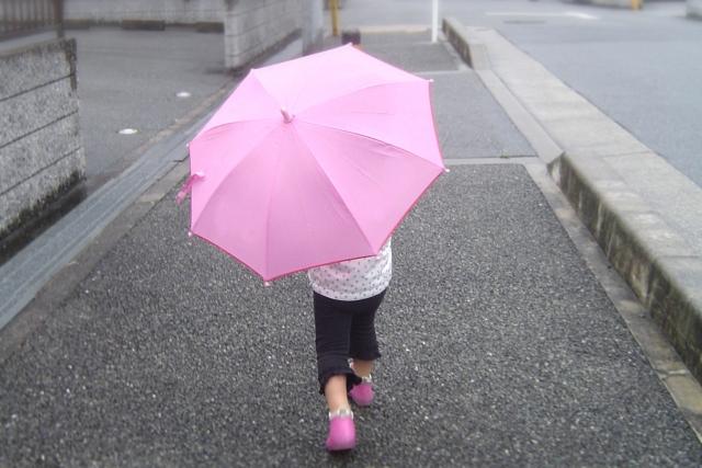 子供の傘は何歳からがベスト?2歳で持ちたがるけどまだ早い?
