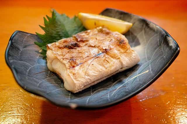 冷凍した魚の焼き方、解凍すべき?おいしくふっくら焼くコツと保存方法