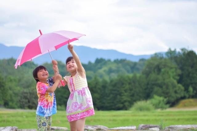 傘は何歳からさせる?安全に持たせるための注意点と適正サイズ一覧