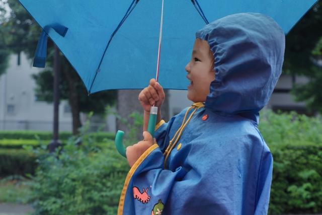 始めて子供に傘を持たせる時、安全に持たせるための注意点