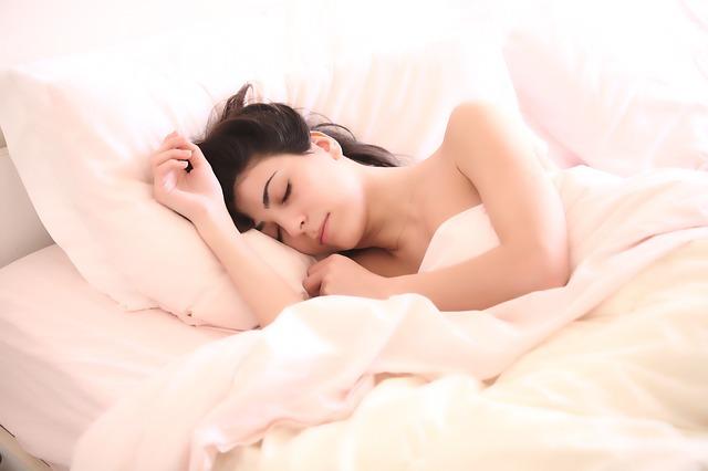 枕なし睡眠って大丈夫?メリットやデメリット、猫背・首・頭痛の影響