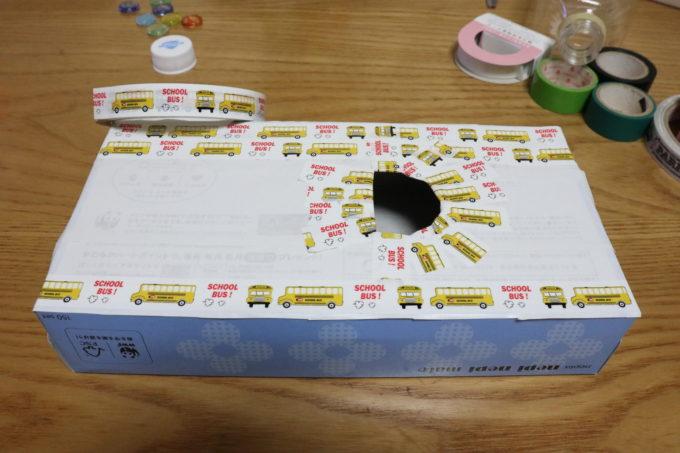 ティッシュの空き箱の穴を開けたほう(裏面)にビニールテープで装飾をしていきます。