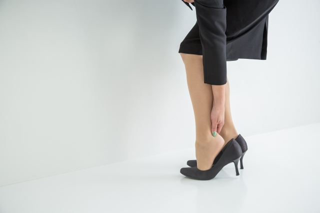 ヒールで指の付け根が痛い時の対処法は?親指や小指、かかと、足の裏が痛い時は?