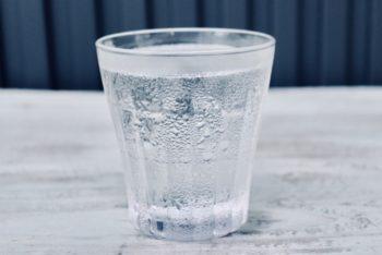 コップに氷と水を入れます。