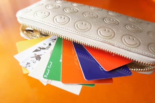 ラウンドファスナーの長財布って使いにくい?かぶせとどっちがおすすめ?