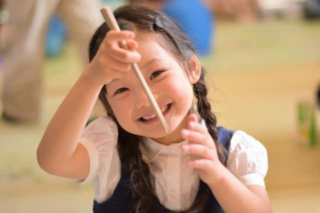 【お箸の持ち方】子供に最適な輪ゴムを使った練習法とは?左利きは矯正すべき?