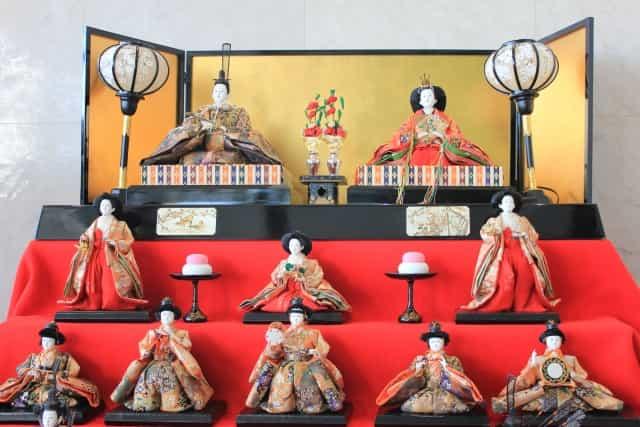 ひな祭りのひな壇が赤色の意味合いは?黒の漆塗りの壇でもいいの?