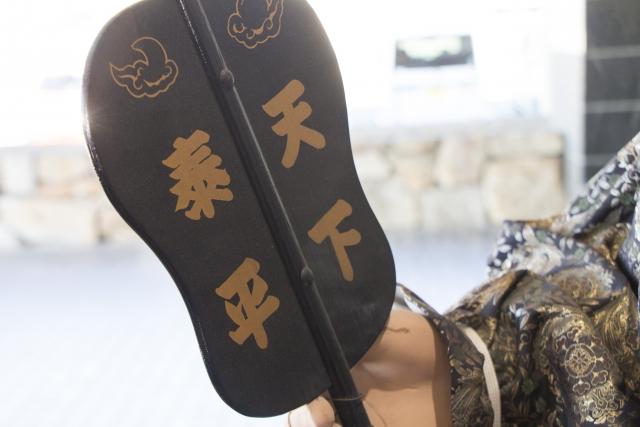 相撲で茶色のちゃんちゃんこを着ている人の正体は?